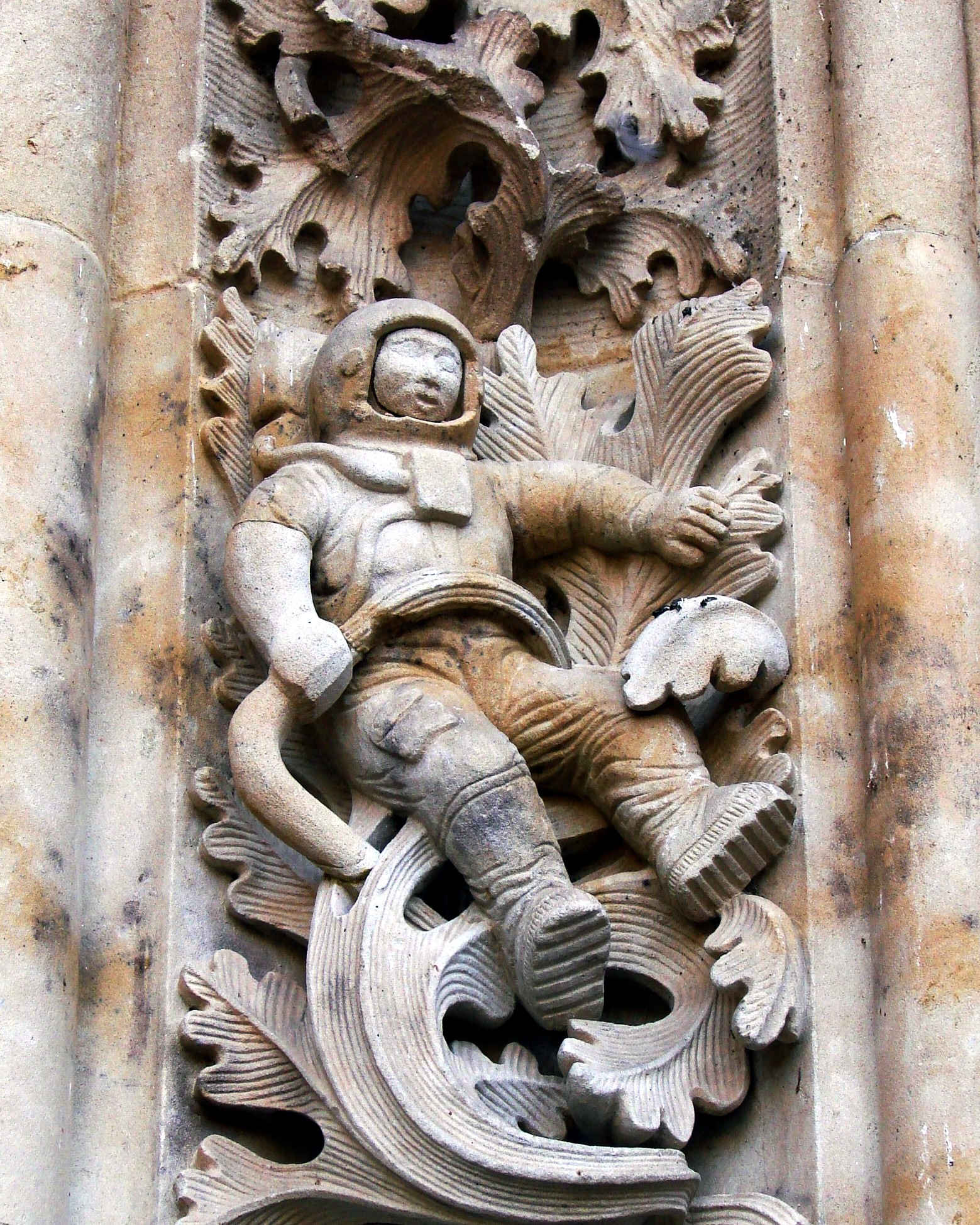 Not of This World:Peter Kolosimo-Sculpture_of_astronaut_added_to_New_Cathedral,_Salamanca,_Spain